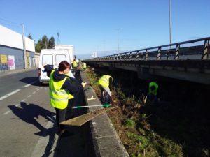 Equipe en train de ramasser des déchets le long du quai du président Wilson.