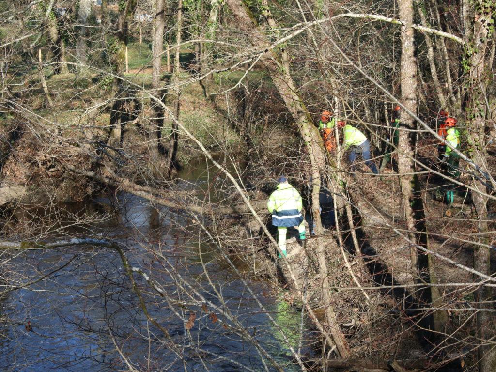 une équipe faisant l'entretien d'un cours d'eau sur la C.C.M. (33)