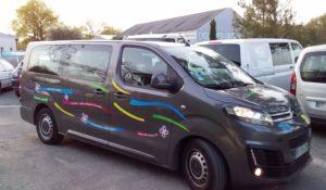 minibus Titi Floris qui arrive avec les salariés d'ARCINS Environnement Service